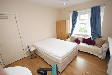 1 bedroom house share to rent - The Approach, East Acton, London, W3 7PS