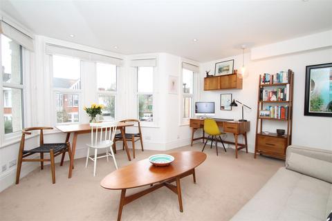 2 bedroom flat - Park Avenue, Palmers Green, London N13