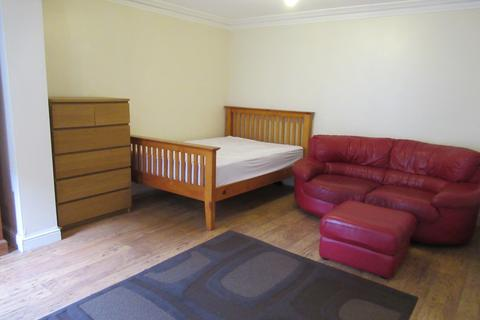 Studio to rent - self contained room in Hither Green (bills included)