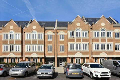 2 bedroom semi-detached house to rent - Walpole Court, London