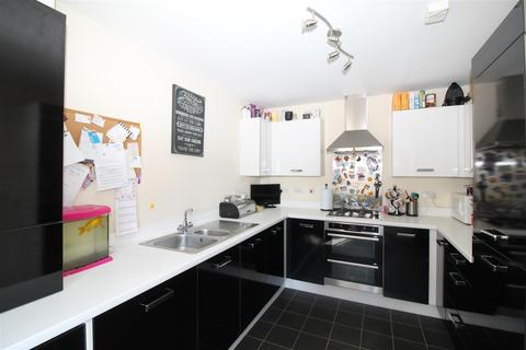 3 bedroom semi-detached house - Mellowes Road, Hornchurch