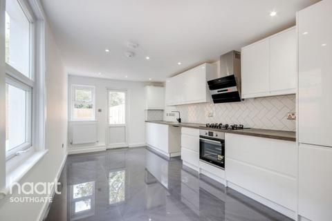 3 bedroom terraced house - Russell Road, London