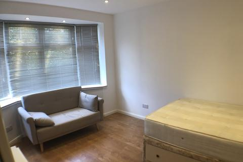 Studio to rent - Oldfield Lane South, Greenford, UB6