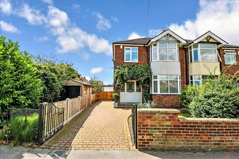 3 bedroom semi-detached house - Hall Drive, Lincoln