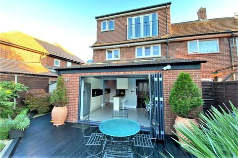 3 bedroom end of terrace house for sale - Gloucester Crescent, Staines-upon-Thames, Surrey, TW18