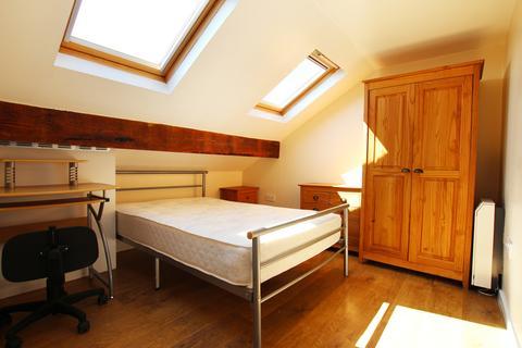 3 bedroom flat to rent - Dickenson Road
