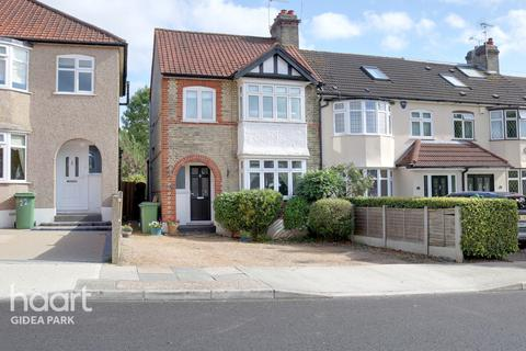 3 bedroom end of terrace house for sale - Marshalls Drive, Romford