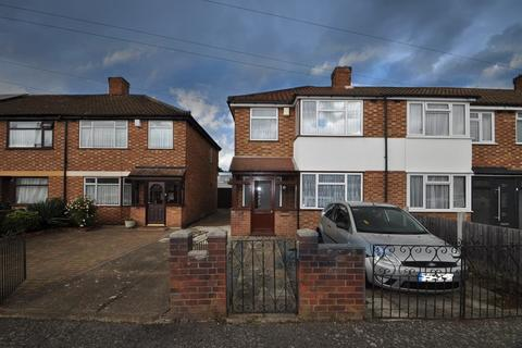 3 bedroom end of terrace house for sale - Guysfield Drive, Rainham, Essex, RM13