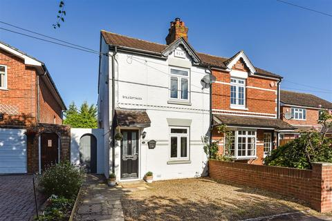 3 bedroom semi-detached house for sale - Mead Hedges, Andover