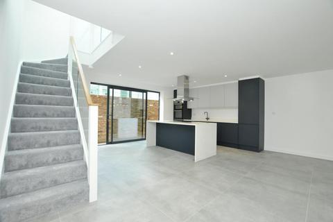 2 bedroom terraced house for sale - Downs Lane, London, E5
