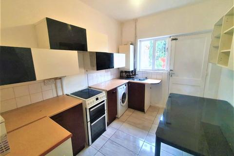 2 bedroom terraced house to rent - Albany Road, Romford, Essex, RM6