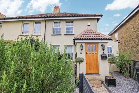 3 bedroom end of terrace house for sale - Cedar Avenue, Gravesend, Kent, DA12 5JS