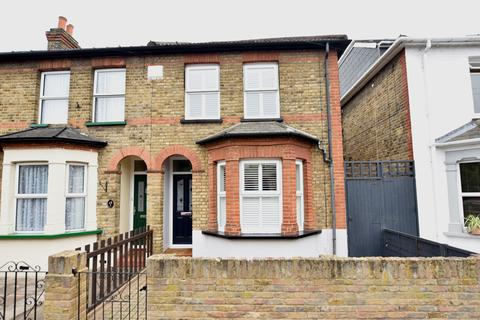 3 bedroom semi-detached house for sale - Queens Road, Feltham, Middlesex, TW13