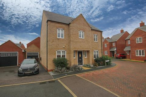 4 bedroom detached house for sale - Averdal Drive, Aylesbury