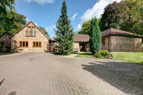 6 bedroom bungalow to rent - Risborough Road, Great Kimble