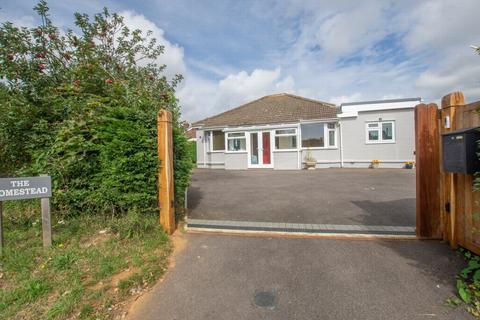 4 bedroom detached bungalow for sale - Cauldham Lane, Capel-Le-Ferne, CT18