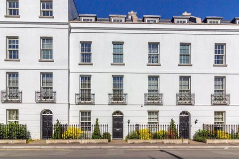 4 bedroom terraced house to rent - Gloucester Place, Cheltenham, Gloucestershire, GL52
