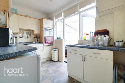 3 bedroom terraced house - Kings Avenue, Romford