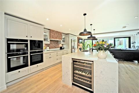 4 bedroom semi-detached house for sale - Dunnymans Road, Banstead, Surrey, SM7