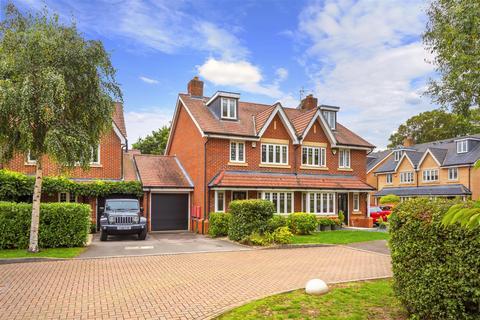4 bedroom semi-detached house for sale - Meath Gardens, Horley