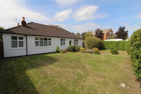 3 bedroom bungalow for sale - Laleham Road, Staines upon Thames, TW18