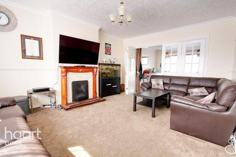 4 bedroom chalet - The Furrows, Luton