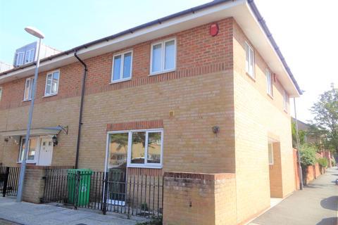 2 bedroom end of terrace house to rent - Carmichael Close, Ruislip