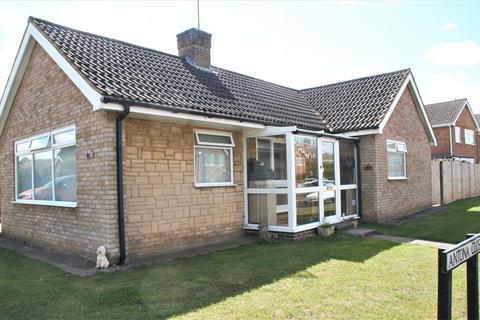 3 bedroom bungalow for sale - Antona Drive, Raunds, Wellingborough, NN9