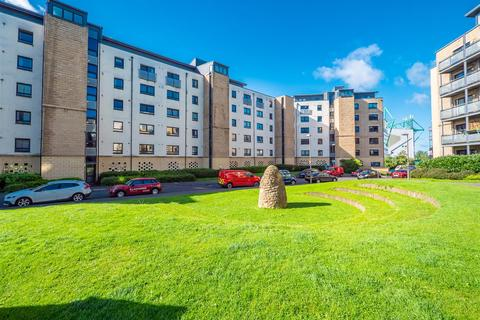 2 bedroom property for sale - 10/8 Hawkhill Close, Edinburgh, EH