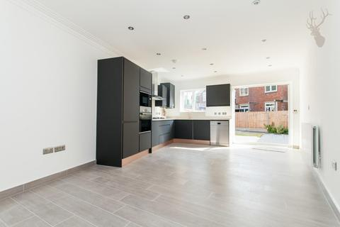 2 bedroom end of terrace house for sale - Old Ford Road, Bow, London