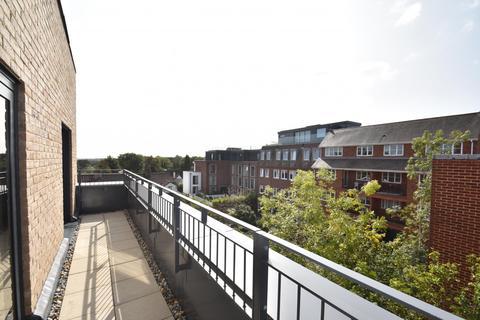 2 bedroom flat to rent - Aston House, Oak End Way, Gerrards Cross, SL9
