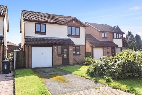 3 bedroom detached house - Honeysuckle Close, Farnworth