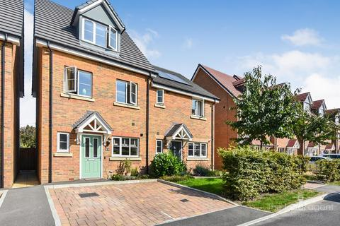 3 bedroom townhouse for sale - Winter Close, Epsom