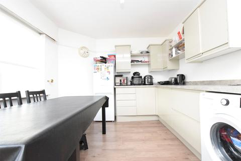 3 bedroom semi-detached house to rent - Moorlands Close, ROMFORD, RM5