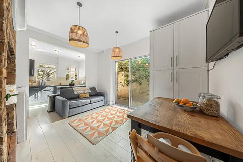 2 bedroom flat for sale - Queenstown Road, Battersea, London