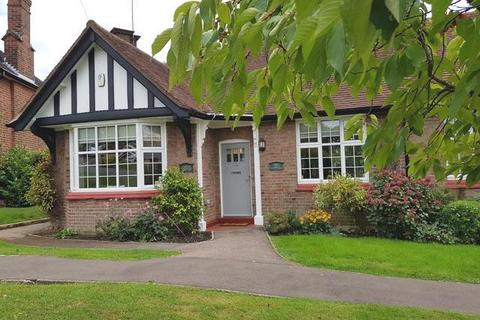 2 bedroom bungalow for sale - Chalet Estate, Hammers Lane, NW7