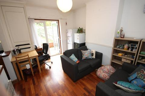 4 bedroom terraced house to rent - Fitzneal Street, East Acton, London, W12 0BB