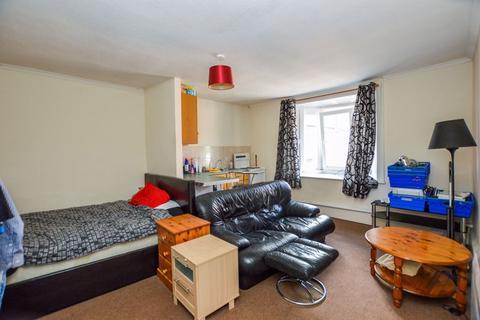 Studio to rent - High Street, Amesbury