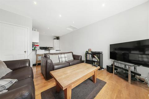 3 bedroom flat - Brixton Road, SW9