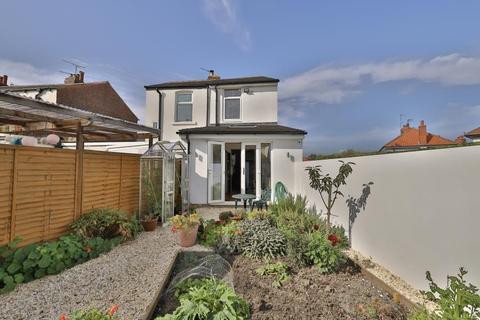 2 bedroom semi-detached house - Birch Grove, Harrogate, HG1 4HR