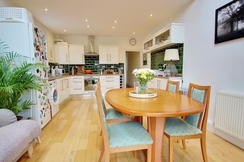 3 bedroom detached house for sale - GORGEOUS KITCHEN DINER! EXTENDED! IMPRESSIVE ENTRANCE HALL!