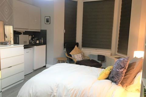 Studio to rent - Alfred Road, Acton, London