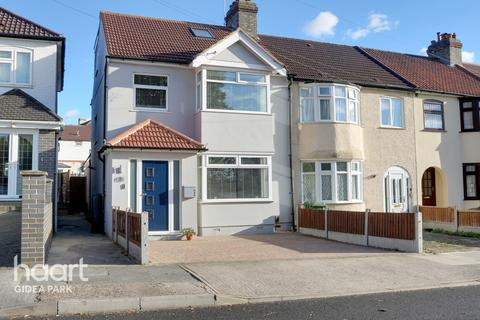 4 bedroom end of terrace house for sale - Marshalls Drive, Romford