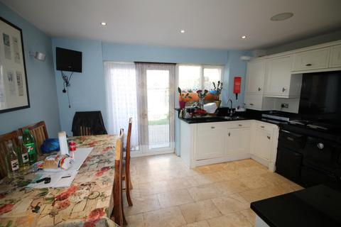 4 bedroom terraced house to rent - Young Road, London, E16