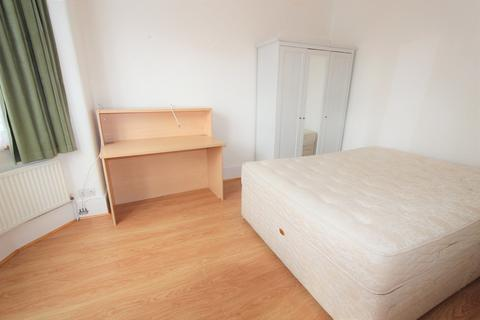 Studio to rent - Princes Avenue, Palmers Green, N13