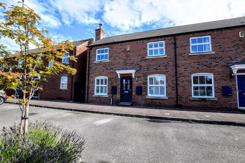 2 bedroom end of terrace house for sale - Trebah Square, Aylesbury