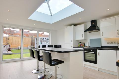 3 bedroom detached bungalow for sale - KITCHEN DINER WITH GLASS ROOF LANTERN! GARDEN BAR! EXTENDED!