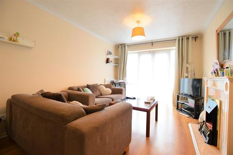 2 bedroom flat to rent - Baxter Close, Slough