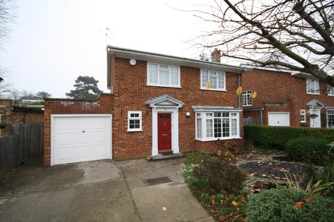 4 bedroom detached house to rent - Castle Drive Maidenhead Berkshire