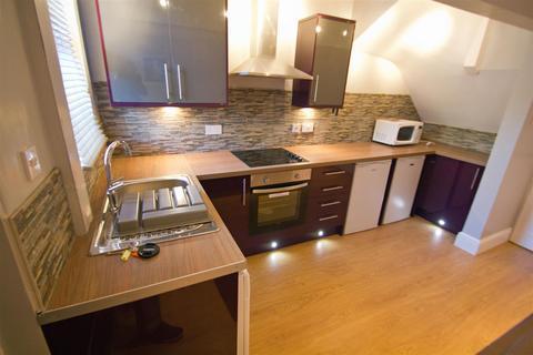 3 bedroom terraced house to rent - Chestnut Grove, Hyde Park, Leeds, LS6 1BB